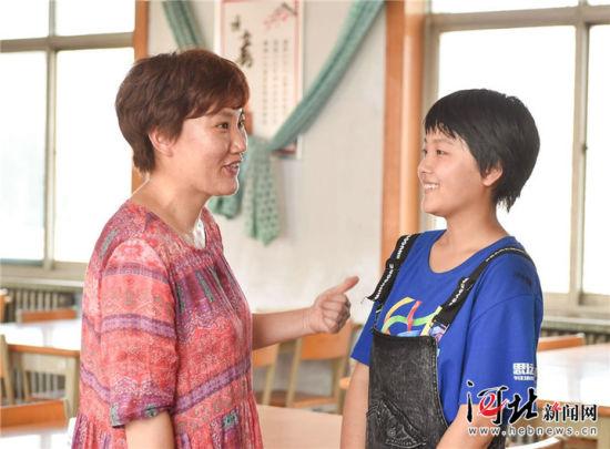 王心仪和自己的高三班主任老师在一起。 记者赵杰 霍艳恩摄