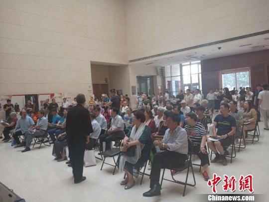 丁仲修向到场观众介绍自己的画作。冯维健 摄