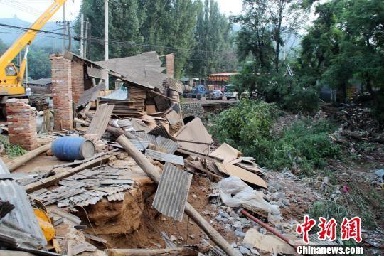 南峪村河道旁被洪水冲垮的建筑物。 赵庆斌 摄