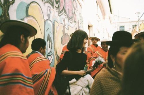 铁阳(中)在波利维亚Italaque音乐庆典上采风。图/受访者提供