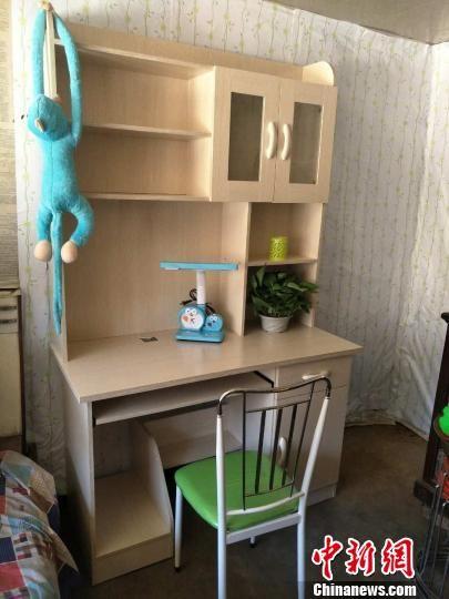 """隆化县为贫困家庭捐助的""""美丽书桌"""" 丁海东 摄"""