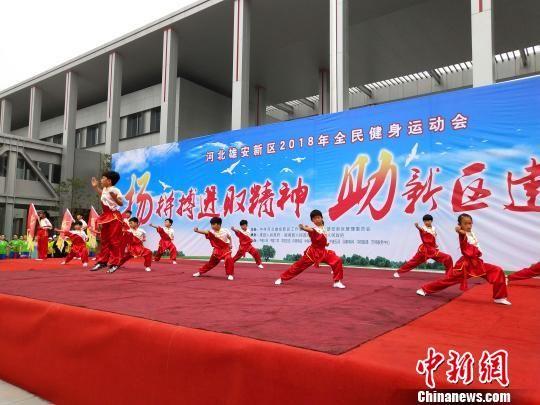 开幕式上,来自三县的群众表演了少儿武术等节目。 谌诗雨 摄