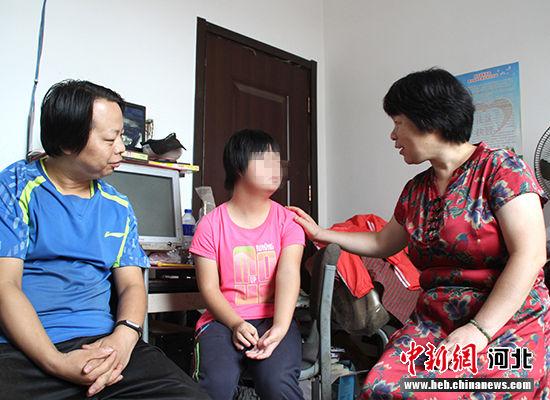 暑假期间,于艳玲(右一)到学生家中做家访。赵庆斌摄