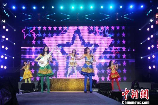 第一届中国双塔山爱情电影周在承德市双滦区开幕,图为文化惠民文艺演出现场。 张桂芹 摄