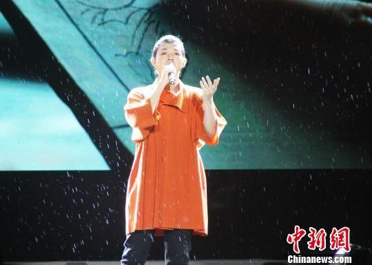 第一届中国双塔山爱情电影周文化惠民文艺演出现场,霍尊雨中献唱。 张桂芹 摄