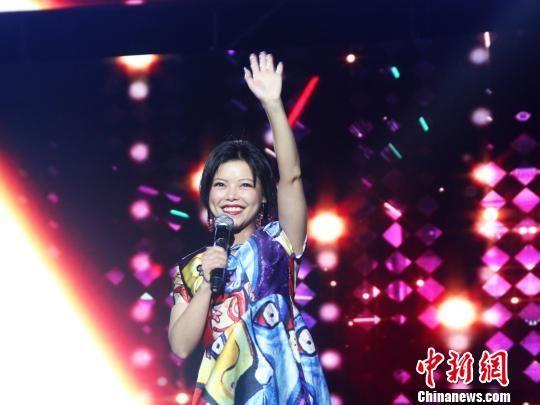 第一届中国双塔山爱情电影周文化惠民文艺演出现场,慕容晓晓激情演唱。 张桂芹 摄