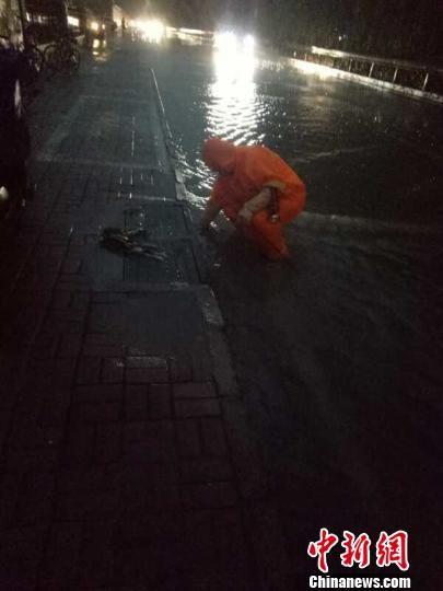 图为石家庄12日主城区出现强降雨天气。城管委供图