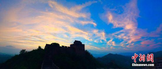 8月14日傍晚,金山岭长城上空霞光万丈,云蒸霞蔚,姹紫嫣红。古老的烽火台上空,变幻莫测,千姿百态,宛如一幅幅美丽的画卷,美醉游人。周万平 摄