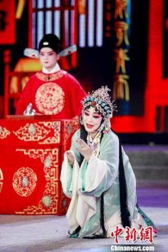 河北艺术职业学院老师刘文静表演河北梆子《陈三两》选段。 张泽鑫 摄