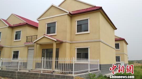 城子沟村正在修建的新民居 房现玉 摄