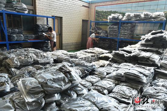 8月23日,无极县王吕村一村民家中,人们正忙着配单。王吕村曾是有名的皮革村,随着环保压力不断加大,该村开始转型为以童装销售为主导的电商村,从2011年的两三户发展到现在的200多户,解决本村及周边村镇700余人就业,年销售额超5亿元。 记者赵海江 通讯员甄建坡摄影报道