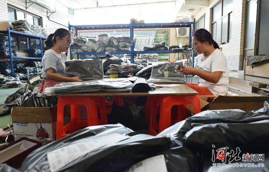8月23日,无极县王吕村一村民家中,两人正麻利地装袋打包,身旁堆满了待发的快件。王吕村曾是有名的皮革村,随着环保压力不断加大,该村开始转型为以童装销售为主导的电商村,从2011年的两三户发展到现在的200多户,解决本村及周边村镇700余人就业,年销售额超5亿元。 记者赵海江 通讯员甄建坡摄影报道