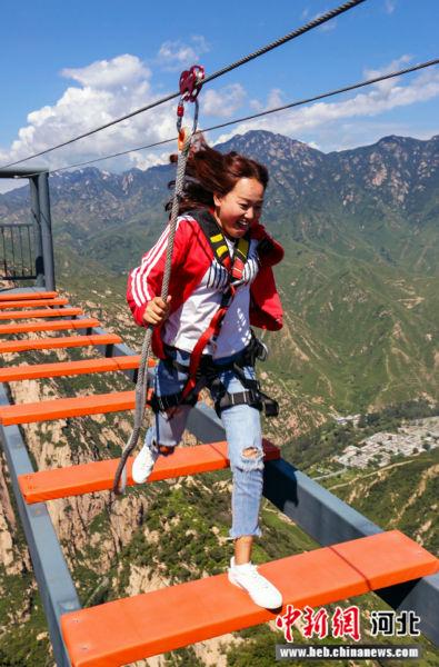"""位于高差500米悬崖上""""步步惊心""""项目。 野三坡龙门天关景区供图"""