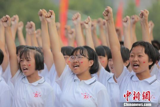 新生激昂宣誓。 崔广义 摄