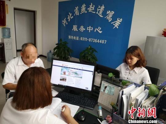 燕赵遗嘱库工作人员对市民进行信息登记。 张凯鑫 摄