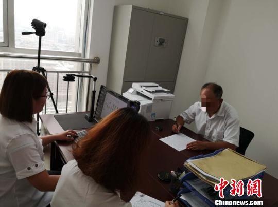 燕赵遗嘱库工作人员对市民订立遗嘱进行全程影像记录。 张凯鑫 摄