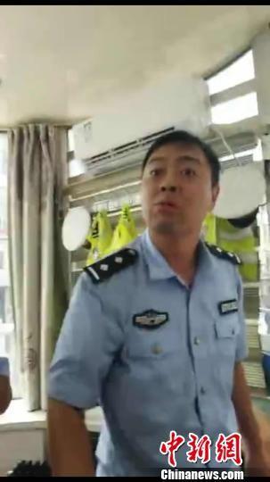 图为河北张家口怀来县一交警辱骂群众视频截图。