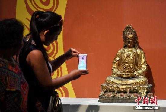 9月4日,《菩提华光――河北博物院藏铜佛造像展》在河北石家庄开展。此次约有200余尊十六国至清代的精品铜佛造像对外展出,让民众简单了解佛教及佛像之演变,并欣赏其艺术之美。图为一对母女被展出的精品铜佛造像吸引。中新社记者 翟羽佳 摄