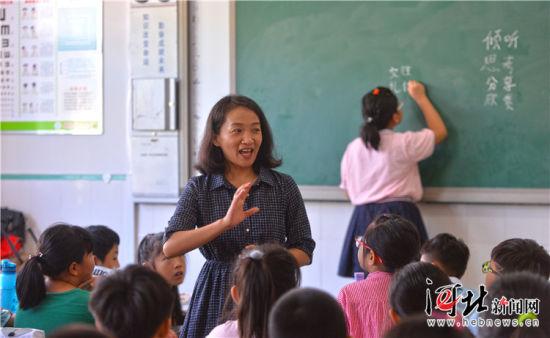9月6日,来自北京中关村第三小学的高级教师李华正在中关村三小雄安校区(原雄县第二小学)为同学们上课,北京老师生动、有趣的讲法深受同学们的喜爱。