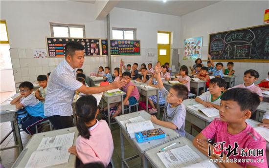 9月6日,来自北京中关村第三小学的一级教师张文龙正在中关村三小雄安校区(原雄县第二小学)为同学们上课,北京老师生动、有趣的讲法深受同学们的喜爱。