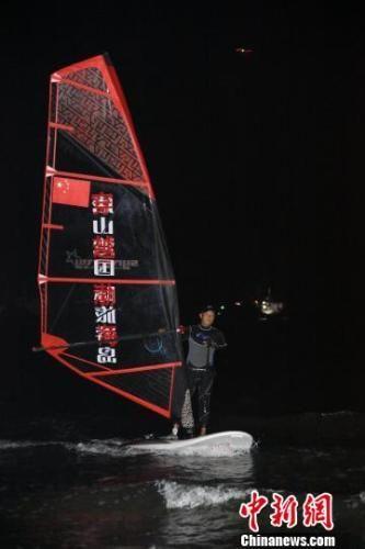 图为航海探险者杨建新驾驶帆板即将蹬岸瞬间。 徐晓跃 摄