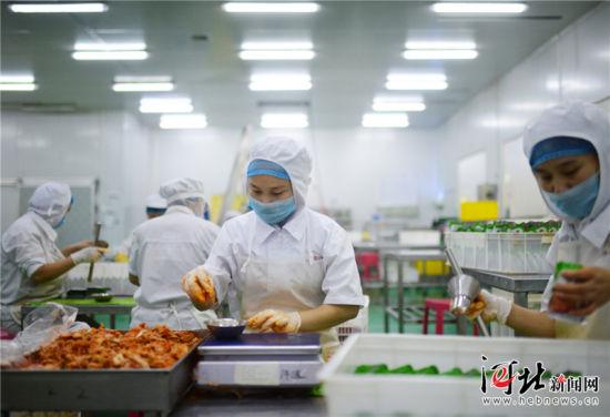 近日,位于隆尧县的河北凤韩食品有限公司生产车间内,工人正在分装出口韩国的辣白菜。