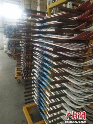 张家口京禧体育器材有限公司滑雪板成品待检。 高峰 摄