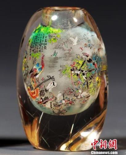 内画艺人姜文春创作的精微内画作品《百鸟朝凤》。 翟羽佳 摄