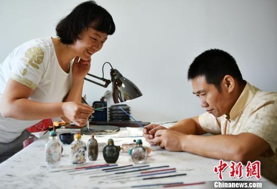 姜文春与妻子。 翟羽佳 摄