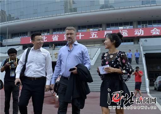 """9月12日,""""台球皇帝""""亨得利现身石家庄。记者耿辉摄"""