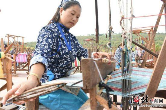 9月12日,沙河市801名织女同织四匹缯,成功挑战世界纪录。图为织布现场。黄涛摄