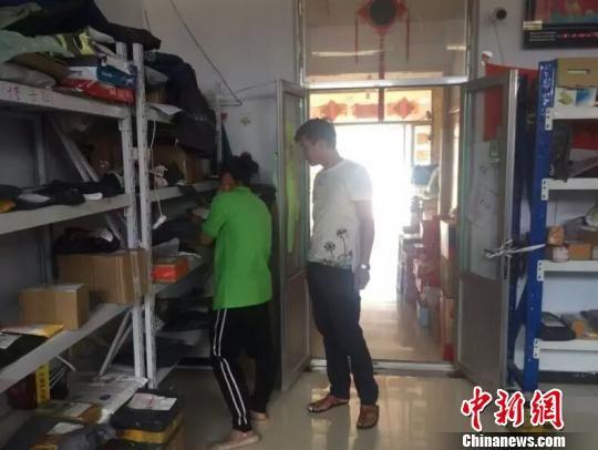 李艳明到服务站库房为村民取快件 张燕青 摄