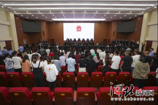 9月14日,石家庄市鹿泉区人民法院对李腾等组织、领导、参加黑社会性质组织案一审公开宣判。图为公开宣判现场。