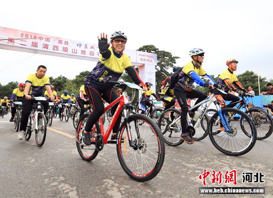 自行车运动爱好者争先冲出起点。 于正万 摄