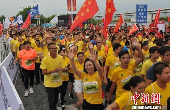 5000名跑者参加此次雄安马拉松赛。 韩冰 摄