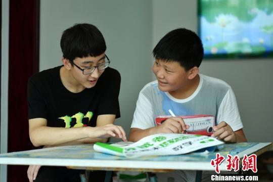 通过山区教育扶贫政策考上大学的秦敬博成为村里孩子的榜样 翟羽佳 摄