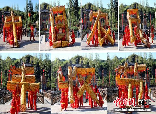 """国家级非遗项目易县摆字龙灯摆出的""""中国农民丰收节""""大字。 于俊亮 摄"""