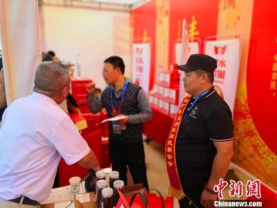邢台市新型职业农民联合会会员在讲解茱萸的药用价值。 张鹏翔 摄