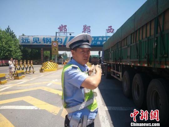 图为河北高速警方在路面执勤。警方供图