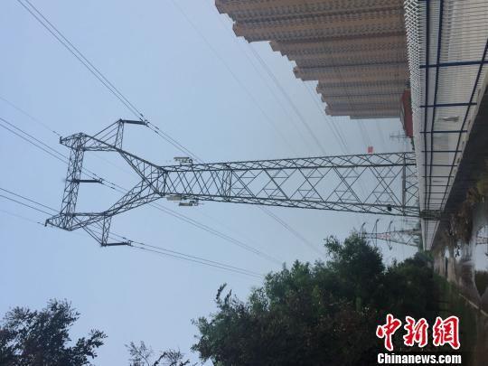 电力塔安装通信基站 王昆仑 摄