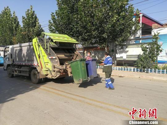 深州市穆村乡庄户头村的生活垃圾清运。 王鹏 摄