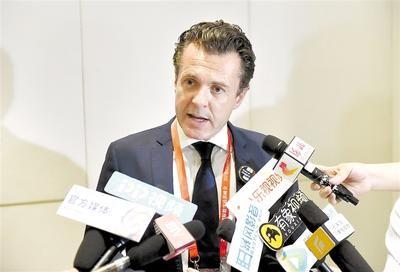 在2018国际数字经济博览会上,法国昂热市市长克里斯托弗・贝舒接受记者采访。 记者史晟全 赵海江摄