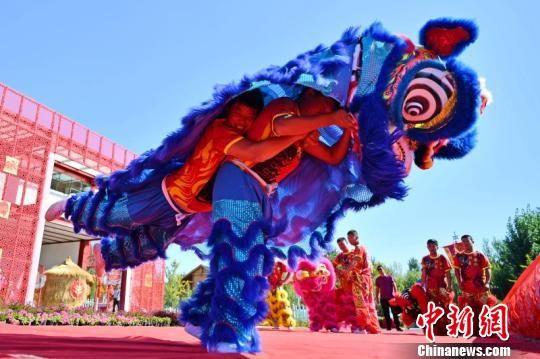 """23日上午,首届""""中国农民丰收节""""廊坊市庆祝活动在安次区第什里风筝小镇拉开帷幕,图为活动现场。 宋敏涛 摄"""