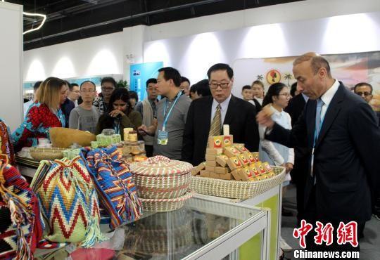 中外嘉宾在进口商品展区参观。 于俊亮 摄