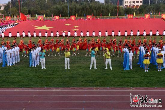 9月26日,河北省第十九届中学生运动会在定州中学开幕。图为开幕式上的文艺表演。 闫韶红摄   河北省