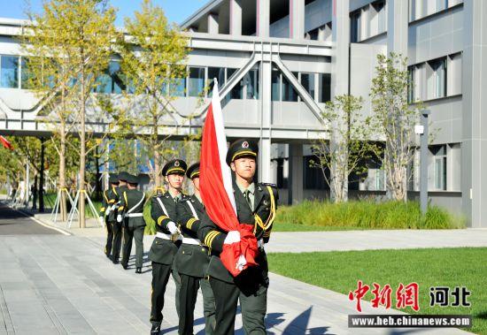 图为升旗手准备升旗。韩冰摄