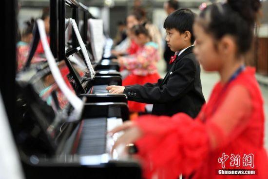 10月6日,在河北衡水武强县德国隆尼施钢琴产业园,666架钢琴成功挑战全球最大规模的钢琴合奏吉尼斯世界纪录。图为挑战现场。中新社记者 翟羽佳 摄