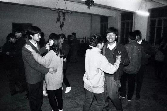 1992年,一场光电工程系新生舞会在老教学楼一间教室举行,老师请来高年级女生教新生跳舞。