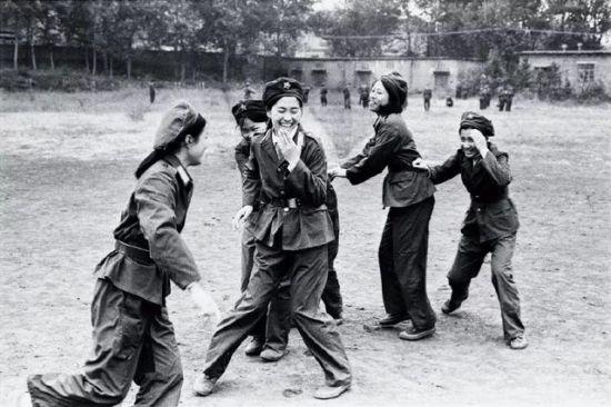 1994年,军训中女生们的姿态和笑容被照片定格。