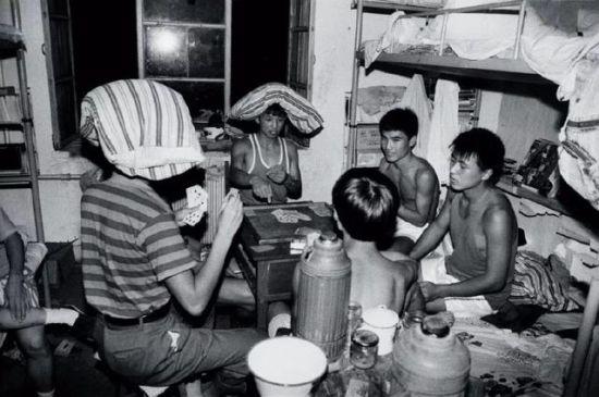 """1994年,91级的学生在宿舍打牌,那时流行""""拖拉机""""""""斗地主""""。"""